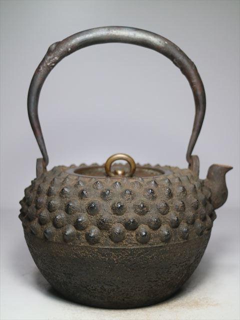 ⑧◆金寿堂 名人 雨宮宗造 古鏡蓋 霰手取形鉄瓶 共箱◆煎茶道具