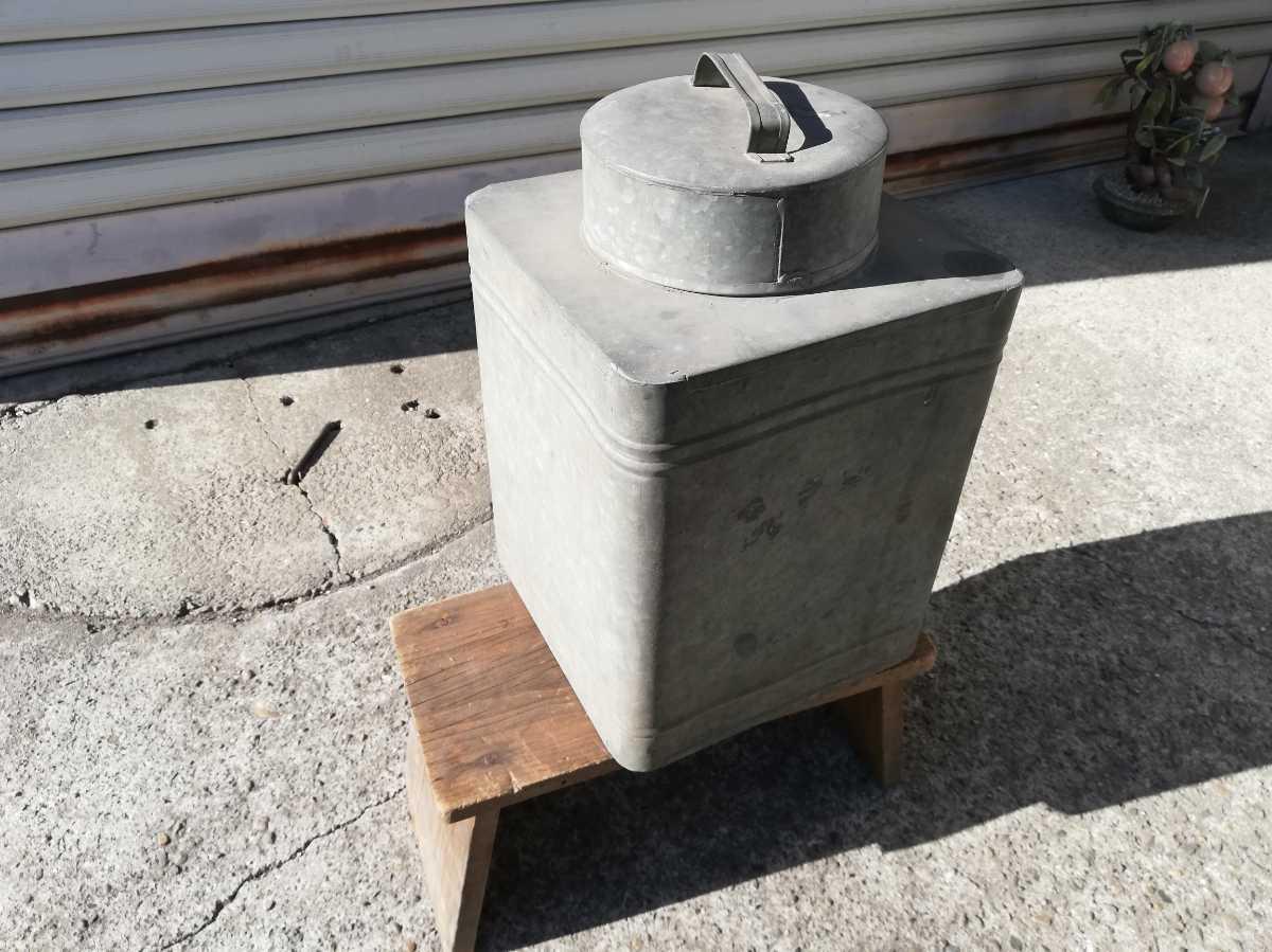 昭和レトロ アンティーク 保管箱 古い ブリキ製 収納箱  高さ37㎝横。奥行き24㎝ 同梱包可能 _画像2