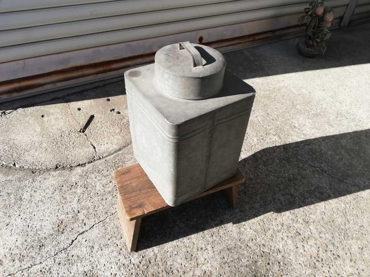 昭和レトロ アンティーク 保管箱 古い ブリキ製 収納箱  高さ37㎝横。奥行き24㎝ 同梱包可能 _画像3