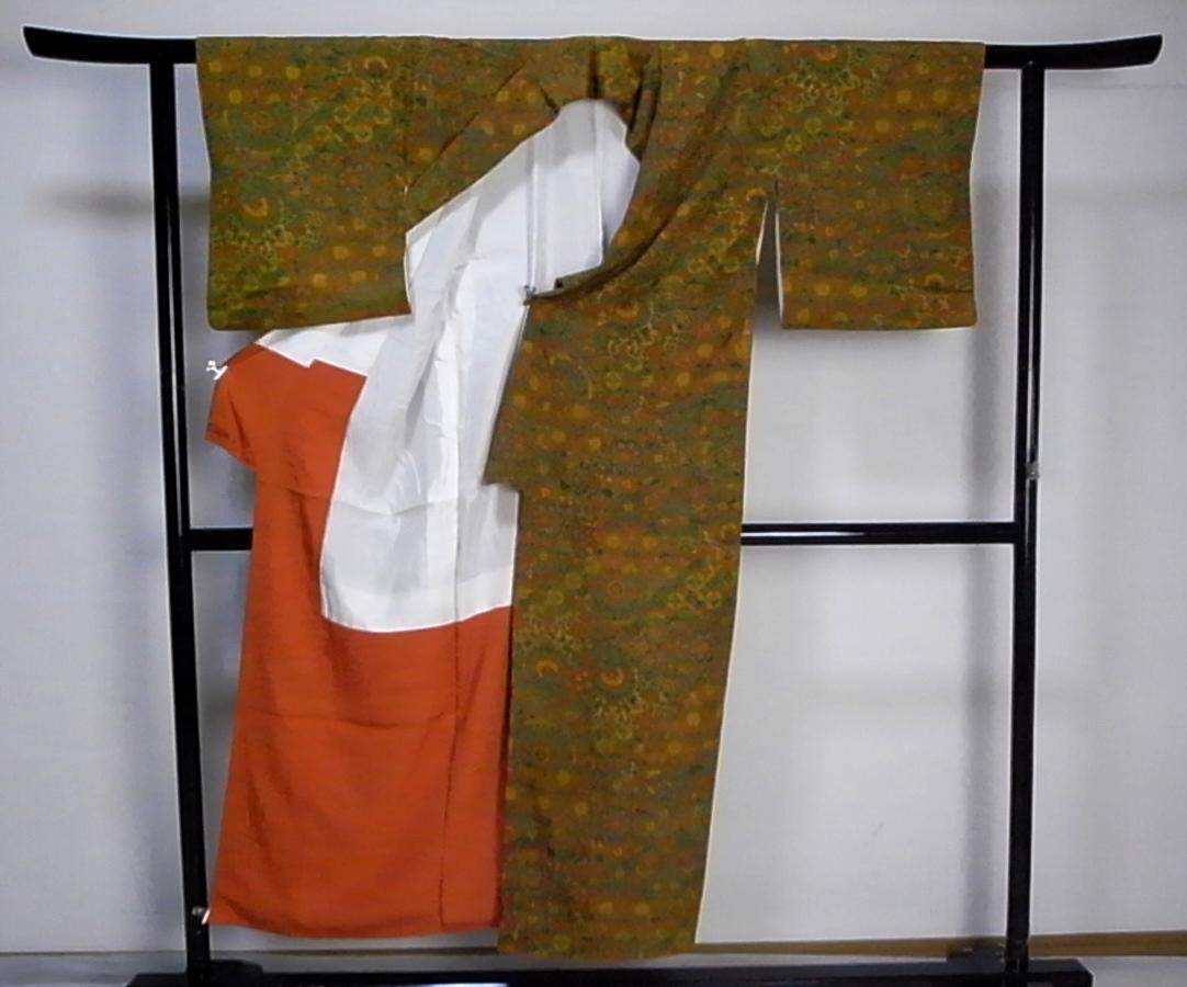 【着物のちさと屋】C565 着物・長着 袷 美品 ややSサイズ 正絹無地意匠ちりめん 渋黄色地・多種七宝花柄模様_画像3