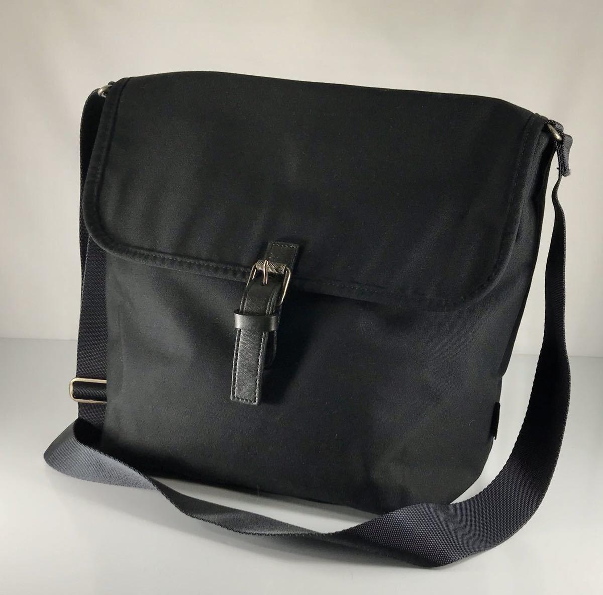 美品 Agnis b VOYAGE アニエス・ベー 男女兼用 iPad・A4雑誌も収納 レザー×キャンバス ブラック 軽量 大型ショルダーバッグ です。