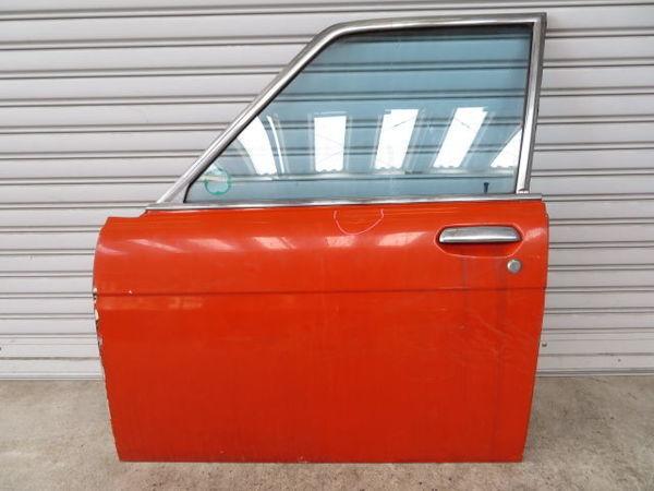 日産 純正 510 ブルーバード 4ドア フロント 左 ドア (オレンジ系) 薄青ガラス(開閉可能) 内張り 当時物 旧車 NISSAN 部品 レストア_画像1
