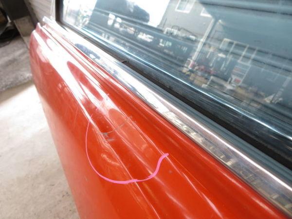 日産 純正 510 ブルーバード 4ドア フロント 左 ドア (オレンジ系) 薄青ガラス(開閉可能) 内張り 当時物 旧車 NISSAN 部品 レストア_傷へこみ