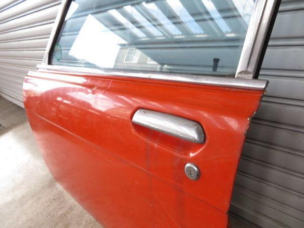 日産 純正 510 ブルーバード 4ドア フロント 左 ドア (オレンジ系) 薄青ガラス(開閉可能) 内張り 当時物 旧車 NISSAN 部品 レストア_画像2