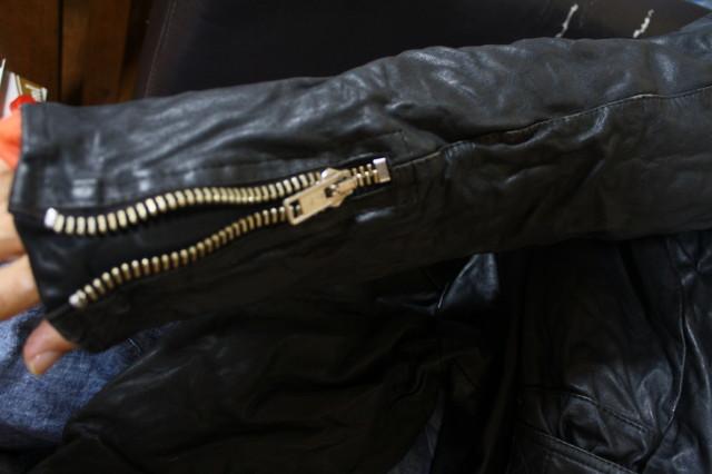 希少 当時 個人カスタム 70s ビンテージ Dカン UK ロンジャン レザー ライダース■666 ラロッカ カンプリ ルイスレザー PUNK レザー Schott_袖を通すと、シワ感伸びます。