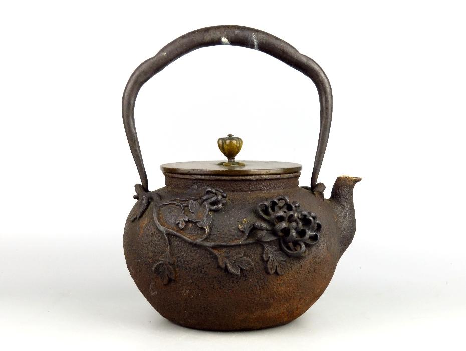 【志】茶道先生所蔵品 名人作 亀文堂系 菊牡丹金塗高肉盛上銅蓋鉄瓶 煎茶道具 1800g(水漏れ有)R2-3
