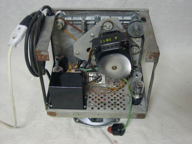 海外 電気文化物 復元・整備済み 希少 完動品 !! U.S.A. Pentron 製 初期型 真空管 7号テープレコーダー Model 「9T- 3」_シャシーの下部です