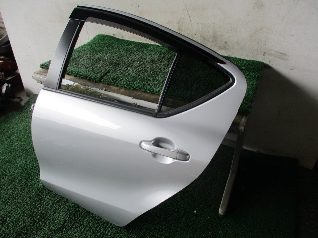 H27 トヨタ アクア DAA-NHP10 『リア ドア 助手席側 左 ガラス付き』AQ2_画像3