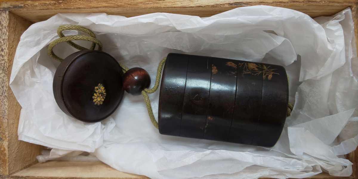 時代物 漆塗5段印籠 金彩蒔絵「草花図」梨地、木製饅頭根付と緒締_画像2