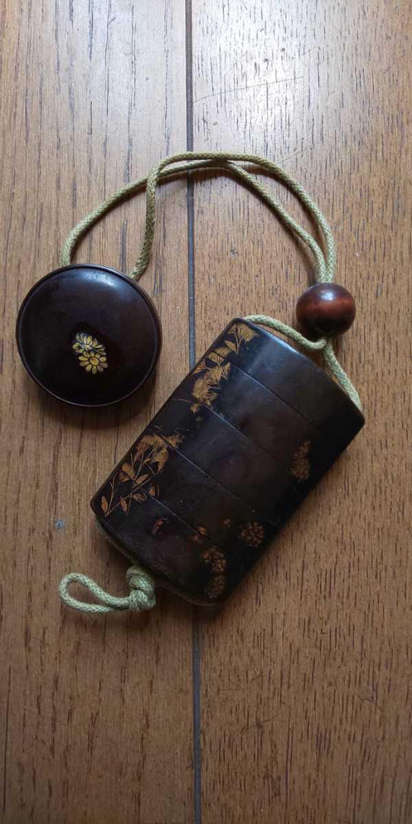 時代物 漆塗5段印籠 金彩蒔絵「草花図」梨地、木製饅頭根付と緒締_画像5