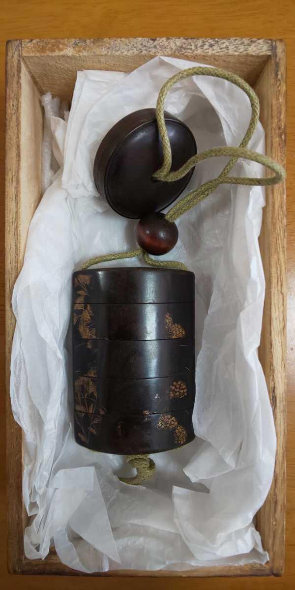 時代物 漆塗5段印籠 金彩蒔絵「草花図」梨地、木製饅頭根付と緒締_画像1