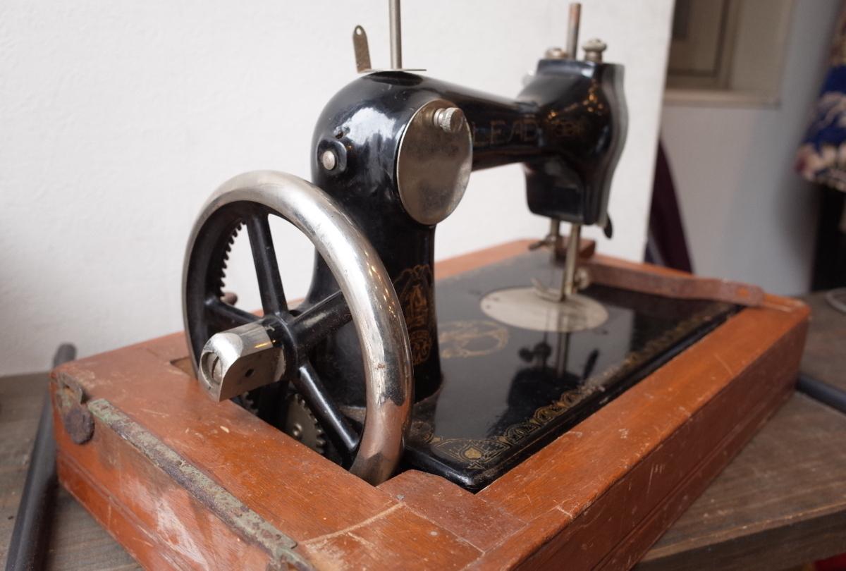 ○LEAD/リード アンティーク手回しミシン 木製カバー付 古道具のgplus広島 2004k_画像8