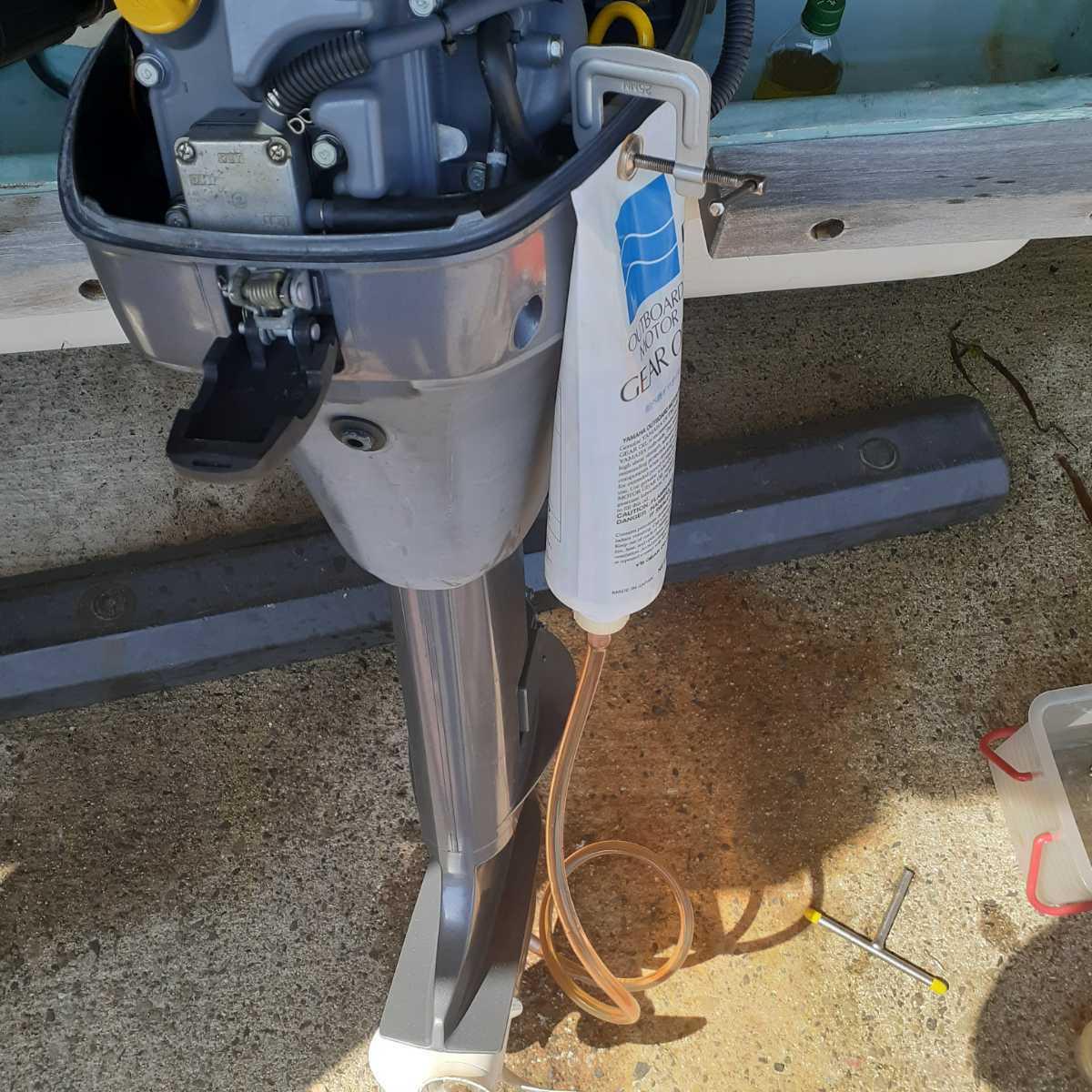 YS6 凄~ぃ ヤマハ船外機専用 ギアオイル交換工具 012_③クランプ使用のイメージです。
