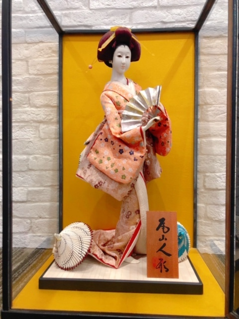 K01-0030 日本人形・尾山人形 芸妓 芸者 扇子 唐傘 52㎝ ガラスケース入り 古美術 民芸品 美術品