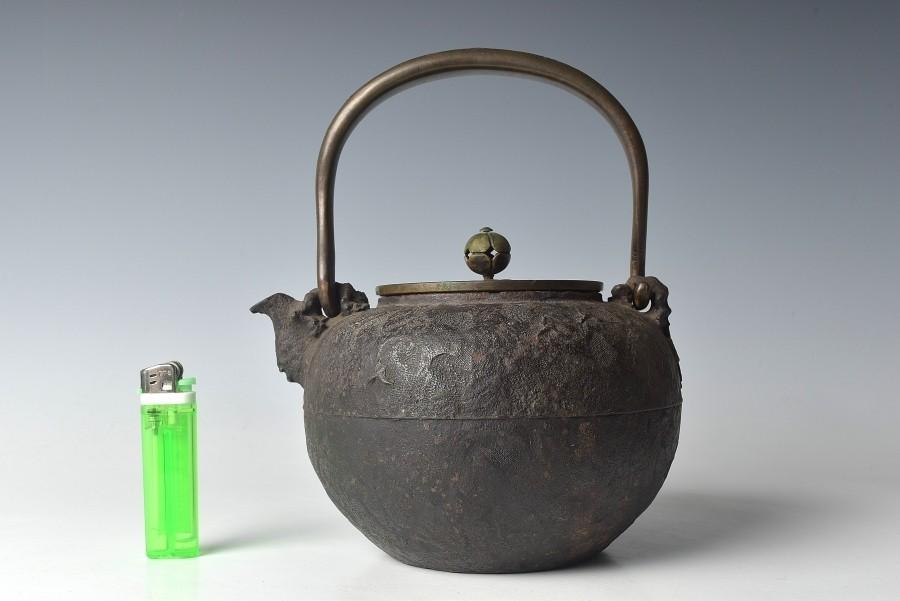 【趣楽】 煎茶道具 時代 亀文堂造 持ち手象嵌獣掛け風景図鉄瓶 水漏れ無し Z1131_画像2