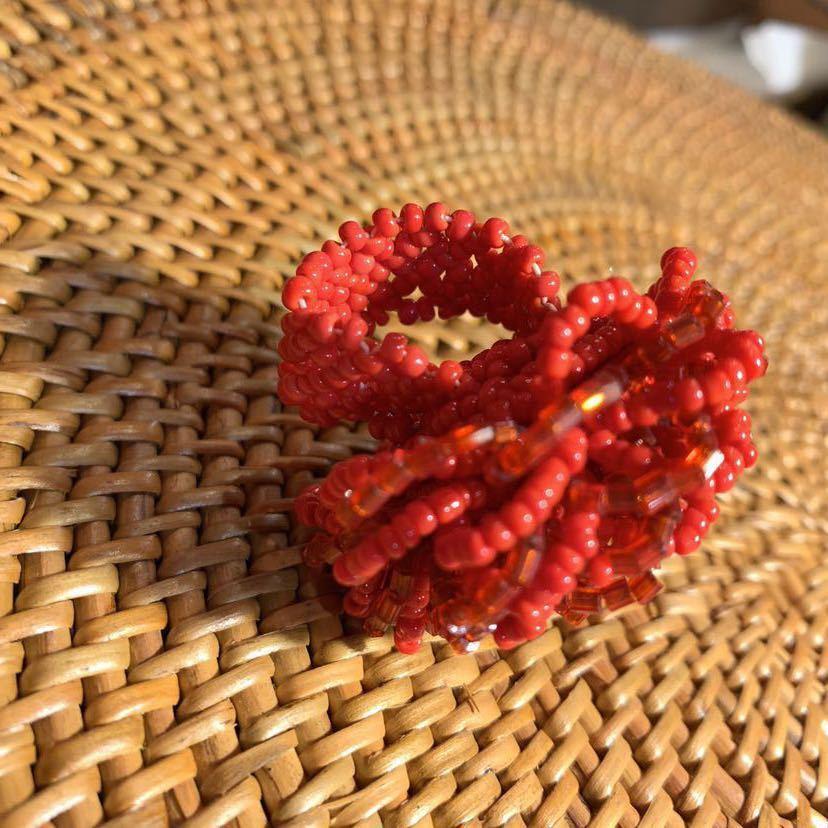 【送料無料】【ハンドメイド】ビーズリング*フリーサイズ*赤いお花*プレゼントにも*_画像2