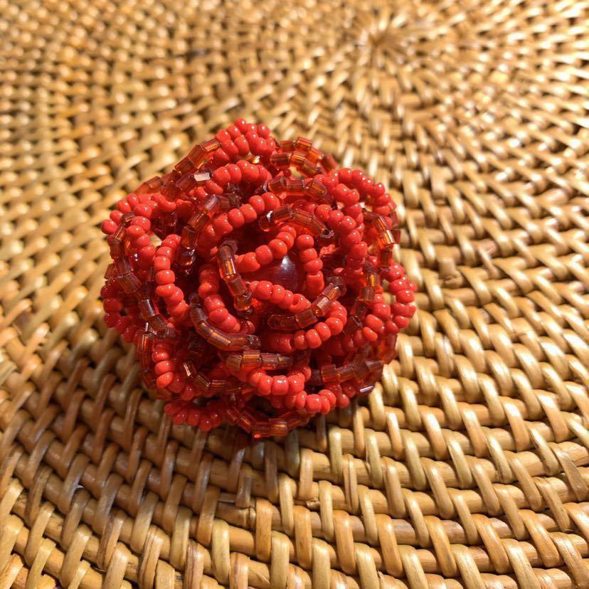 【送料無料】【ハンドメイド】ビーズリング*フリーサイズ*赤いお花*プレゼントにも*_画像1