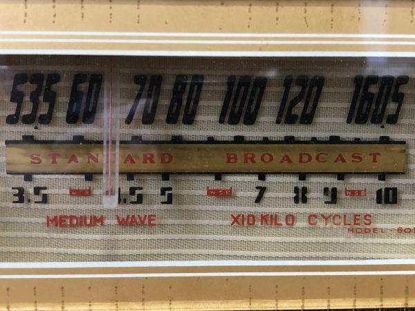 【ジャンク品】MAGICEYE STANDARD BROADCAST 真空管ラジオ ヴィンテージ 木製古ラジオ 真空管 アンティーク 骨董 雑貨 昭和レトロ_画像2