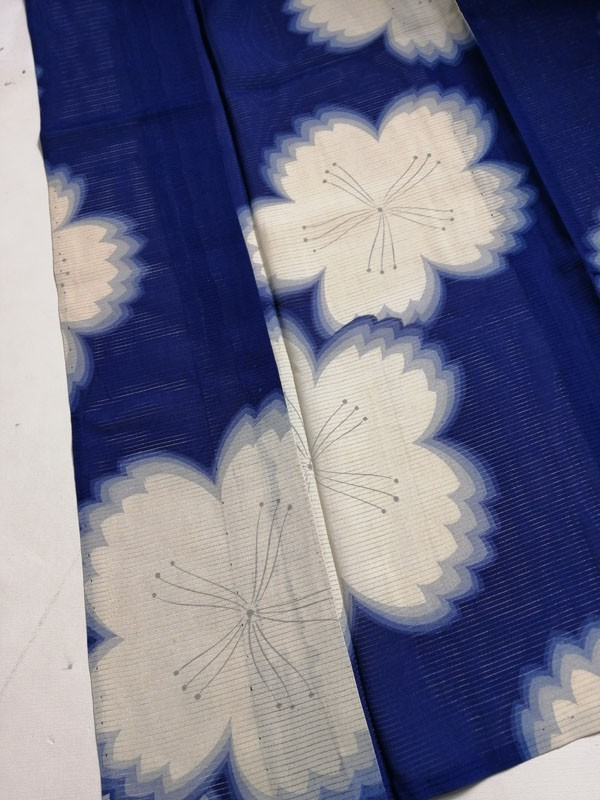 きものさらさ アンティーク 着物 絽 夏着物 青地に桜 大正ロマン モダン リメイク 材料_画像6