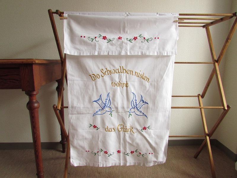 ドイツ 赤いお花・ツバメとドイツ語の刺繍入り カーテン (つばめ・ヴィンテージ・タペス