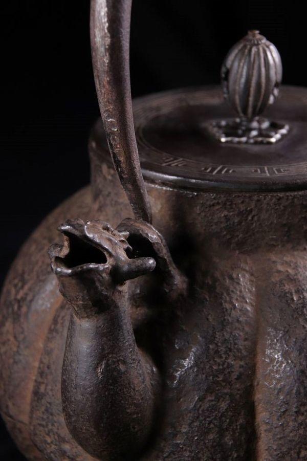 【音20779】 平安金寿堂名人 雨宮宗造 『 鉄瓶 』 龍口 銅蓋 虫食い摘み 蝙蝠 桃銀象嵌 南瓜型 共箱 茶道具 煎茶道具