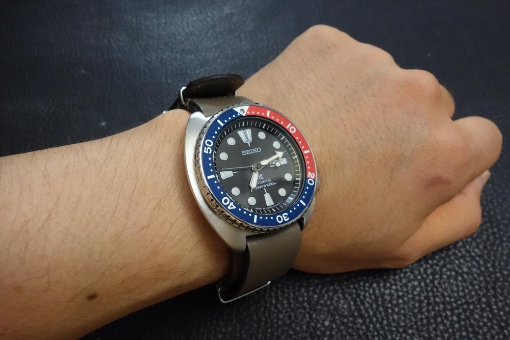 ◆レザーNATO G10ストラップ◆ オイルドカーフレザー カーキ 22mm 強力撥水 新品 日本製 本革 ミリタリー ブレスレット 腕時計ベルト_使用例。時計は商品には含まれません。