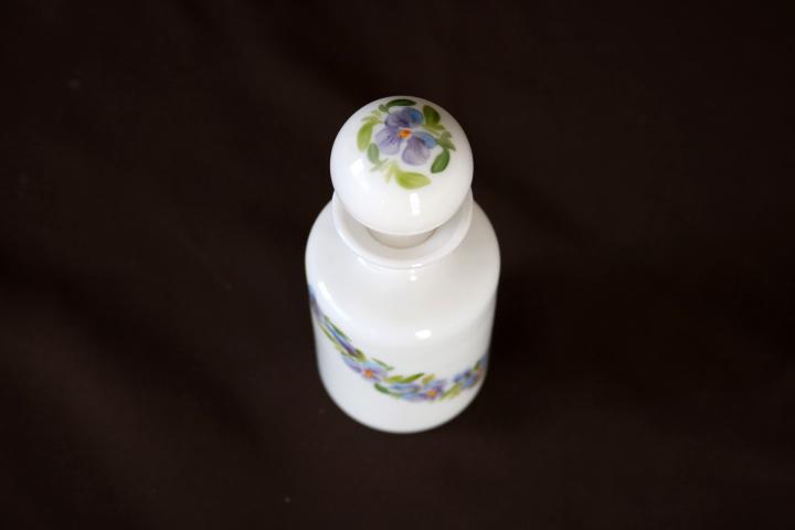 ■ 手描きのスミレが可愛い、アンティーク、ミルクガラスの香水瓶/プランス/ミルクグラス ■_画像3