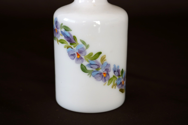 ■ 手描きのスミレが可愛い、アンティーク、ミルクガラスの香水瓶/プランス/ミルクグラス ■_画像4
