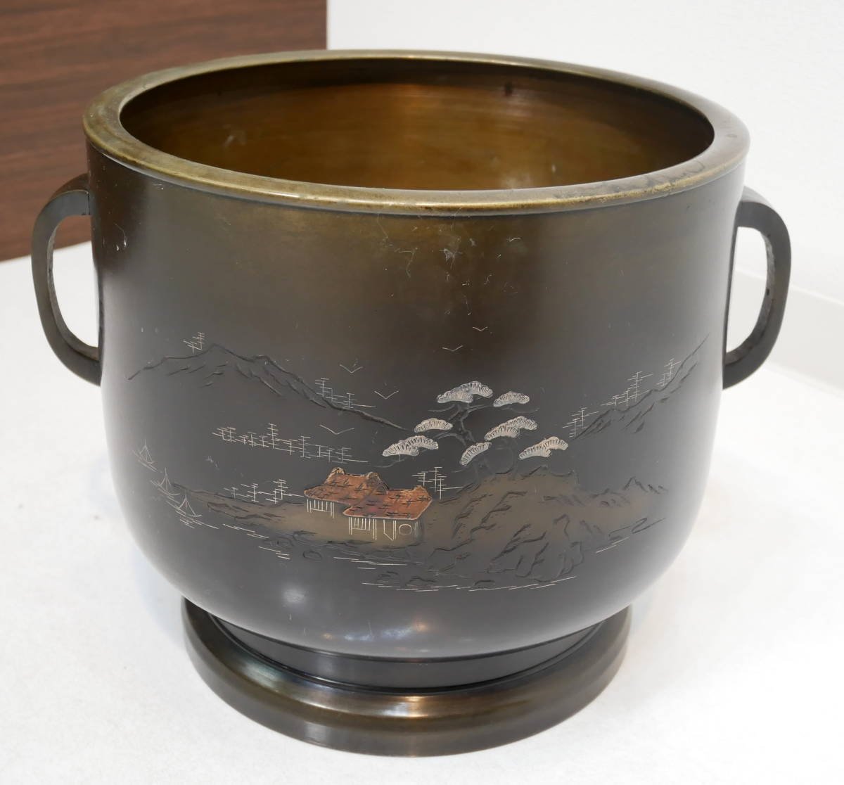 ▲(R205-B121)時代物 銅火鉢 真鍮 黄銅 共箱付き 直径26cm 高さ24cm 火ばち 置物 アンティーク 灰付_画像2