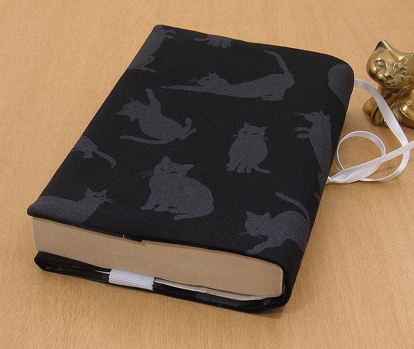 39 B ハンドメイド 手づくり 文庫本② ブックカバー 黒地 影絵 不思議 猫 ねこ ネコ キャット cat プレゼント 贈り物_基本的に文庫本②の縦サイズが15.2cm以下