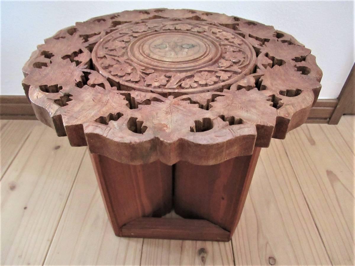 彫刻の木製花台/飾り台 ★ 天盤直径30cm・厚さ2㎝/ 高さ27.5㎝_色はこの写真の色とほぼ同じです。