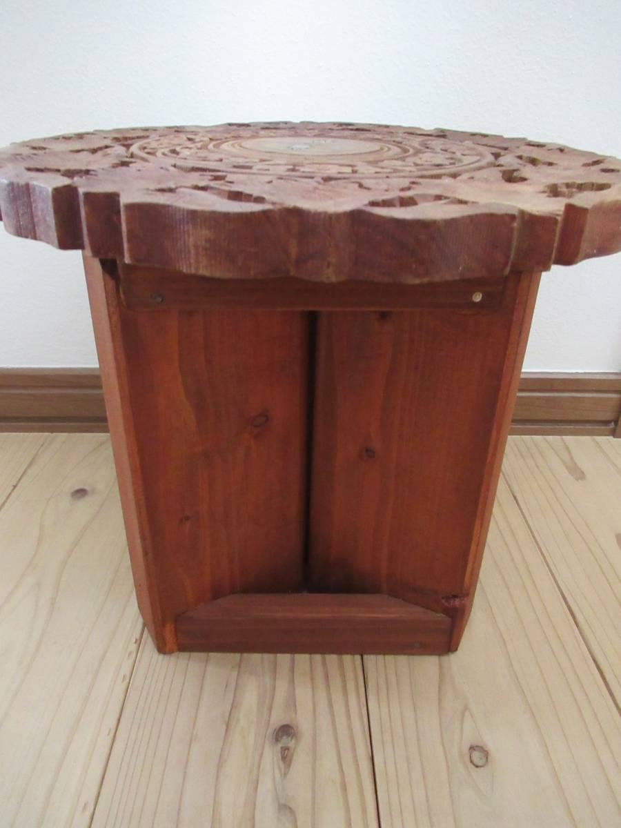 彫刻の木製花台/飾り台 ★ 天盤直径30cm・厚さ2㎝/ 高さ27.5㎝_画像7