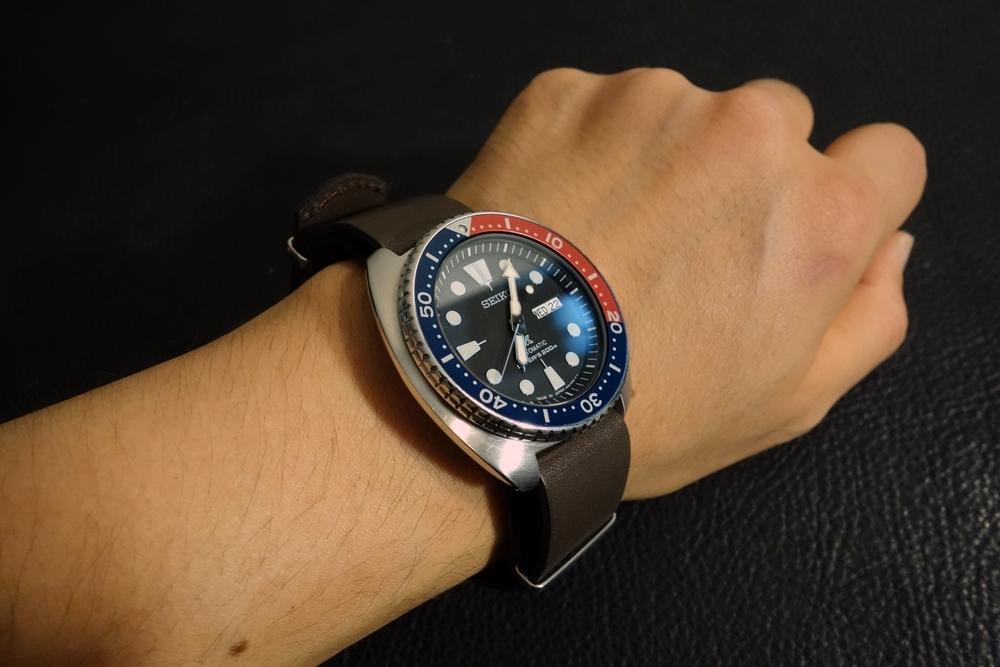 ◆レザーNATO G10ストラップ◆ オイルドカーフレザー ブラウン 18mm 強力撥水 新品 日本製 本革 黒 ミリタリー ブレスレット 腕時計ベルト_使用例。時計は商品には含まれません。