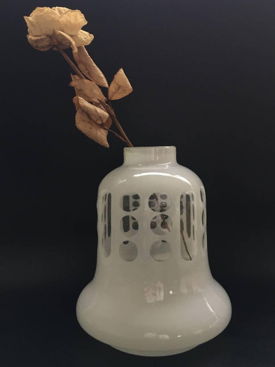 乳白ガラス オイルランプ 油壺 カット 切子 花瓶にも オブジェ ミルクガラス 硝子 古い 時代物 当時物 ヴィンテージ アンティーク_※ドライフラワーはイメージです。