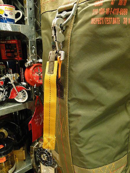 【101037】パラシュートバッグがモチーフ!ミリタリー系の老舗メーカーの逸品☆フライングボディバッグ ダッフルバッグ(アーミーグリーン)_画像10