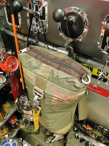 【101037】パラシュートバッグがモチーフ!ミリタリー系の老舗メーカーの逸品☆フライングボディバッグ ダッフルバッグ(アーミーグリーン)_画像2