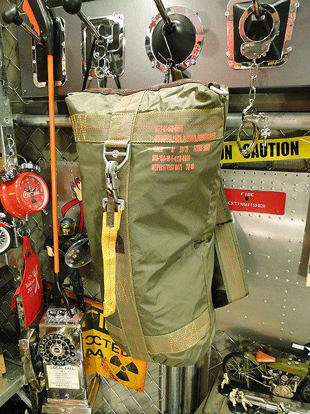 【101037】パラシュートバッグがモチーフ!ミリタリー系の老舗メーカーの逸品☆フライングボディバッグ ダッフルバッグ(アーミーグリーン)_画像1