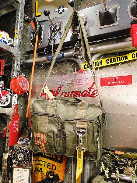 【83581】パラシュートバッグがモチーフ!ミリタリー系の老舗メーカーの逸品☆フライングボディバッグ ブリーフバッグ(アーミーグリーン)_画像1