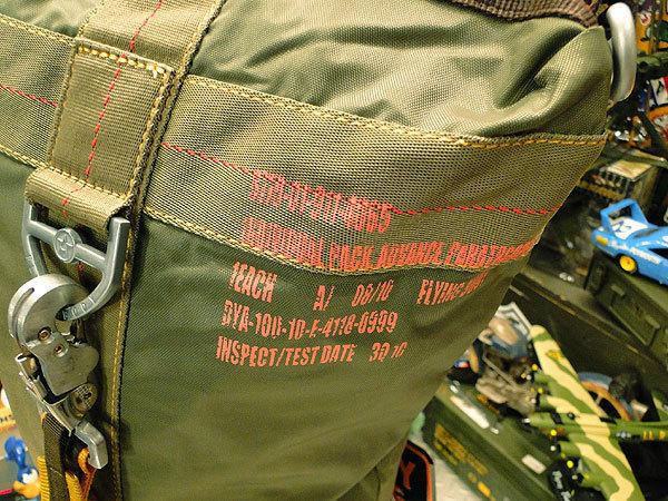【101037】パラシュートバッグがモチーフ!ミリタリー系の老舗メーカーの逸品☆フライングボディバッグ ダッフルバッグ(アーミーグリーン)_画像5