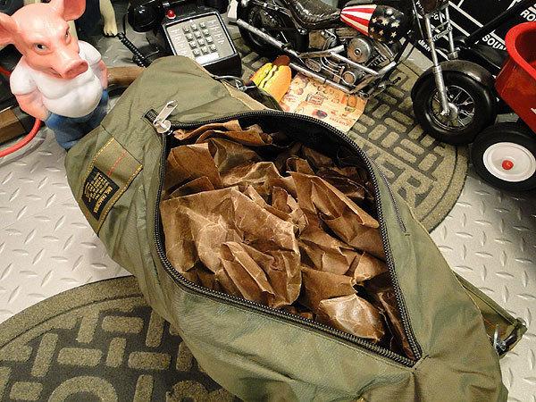 【101037】パラシュートバッグがモチーフ!ミリタリー系の老舗メーカーの逸品☆フライングボディバッグ ダッフルバッグ(アーミーグリーン)_画像8