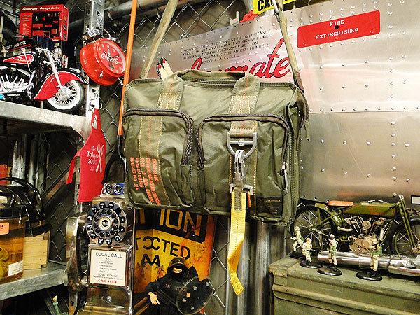 【83581】パラシュートバッグがモチーフ!ミリタリー系の老舗メーカーの逸品☆フライングボディバッグ ブリーフバッグ(アーミーグリーン)_画像2