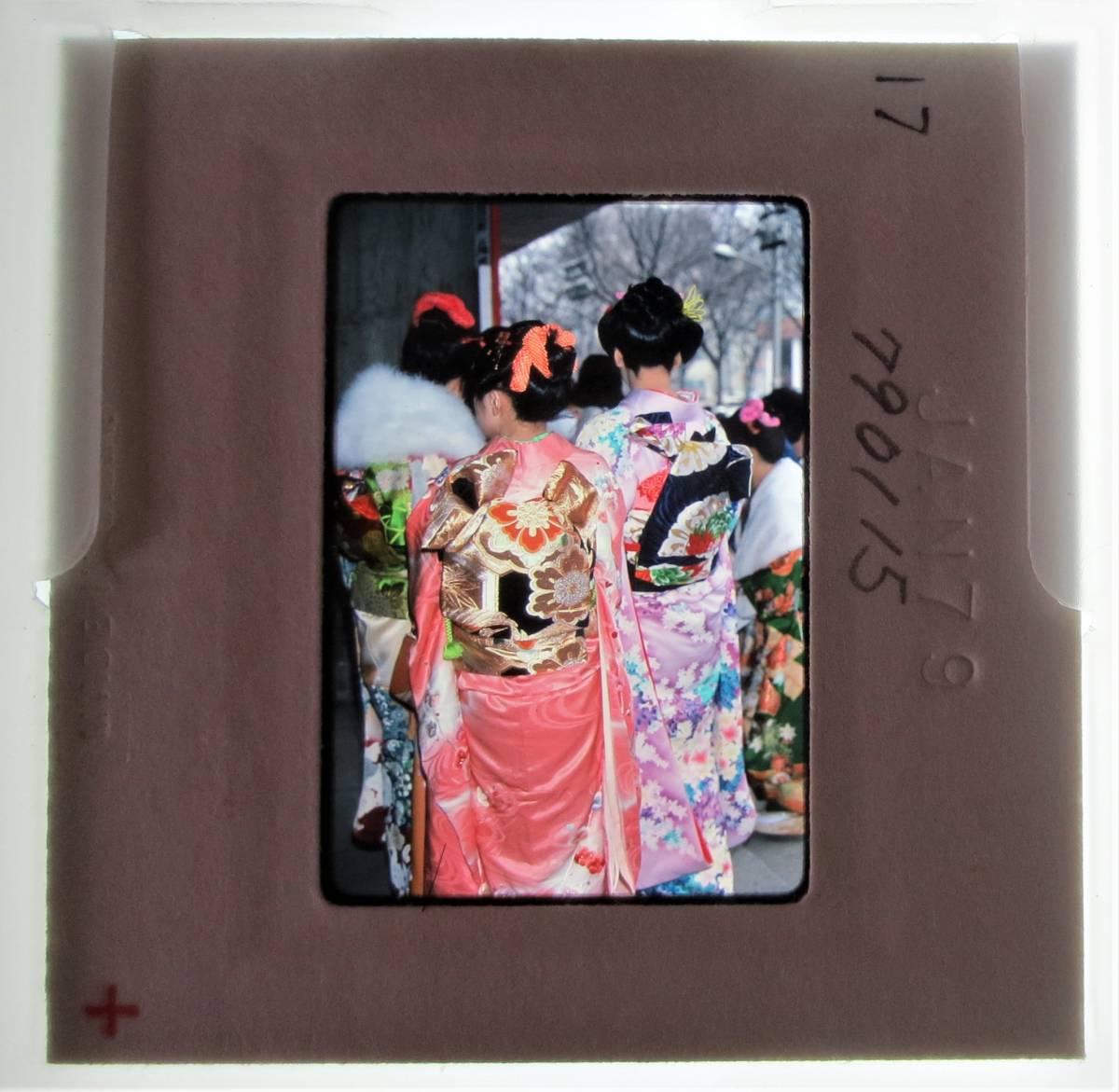 古いスナップ写真 仙台市成人式 1979年 昭和54年 宮城県民会館前(東京エレクトロンホール宮城)KR17
