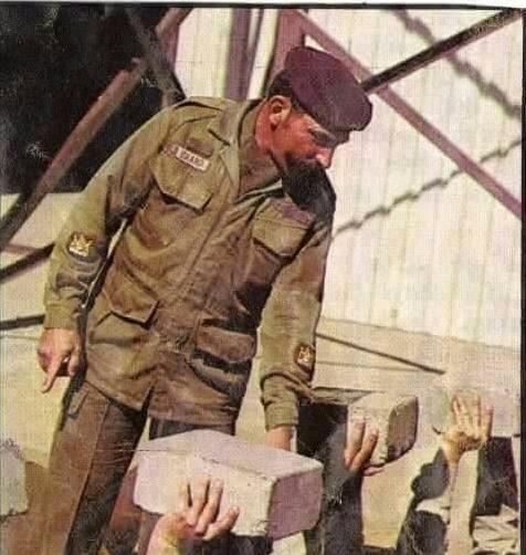 実物 南アフリカ軍 珍品 タグ・記章付きニュートリアブラウン コンバットジャケット 特殊部隊 RECCE 32大隊_1パラシュート大隊選抜訓練中の特務曹長