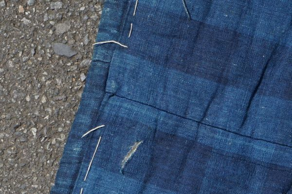 1468B5◆昔の布団◆綿入り◆藍無地◆格子◆枯れ藍◆藍染木綿古布◆アンティーク◆リメイク素材◆JAPAN BLUE_画像7