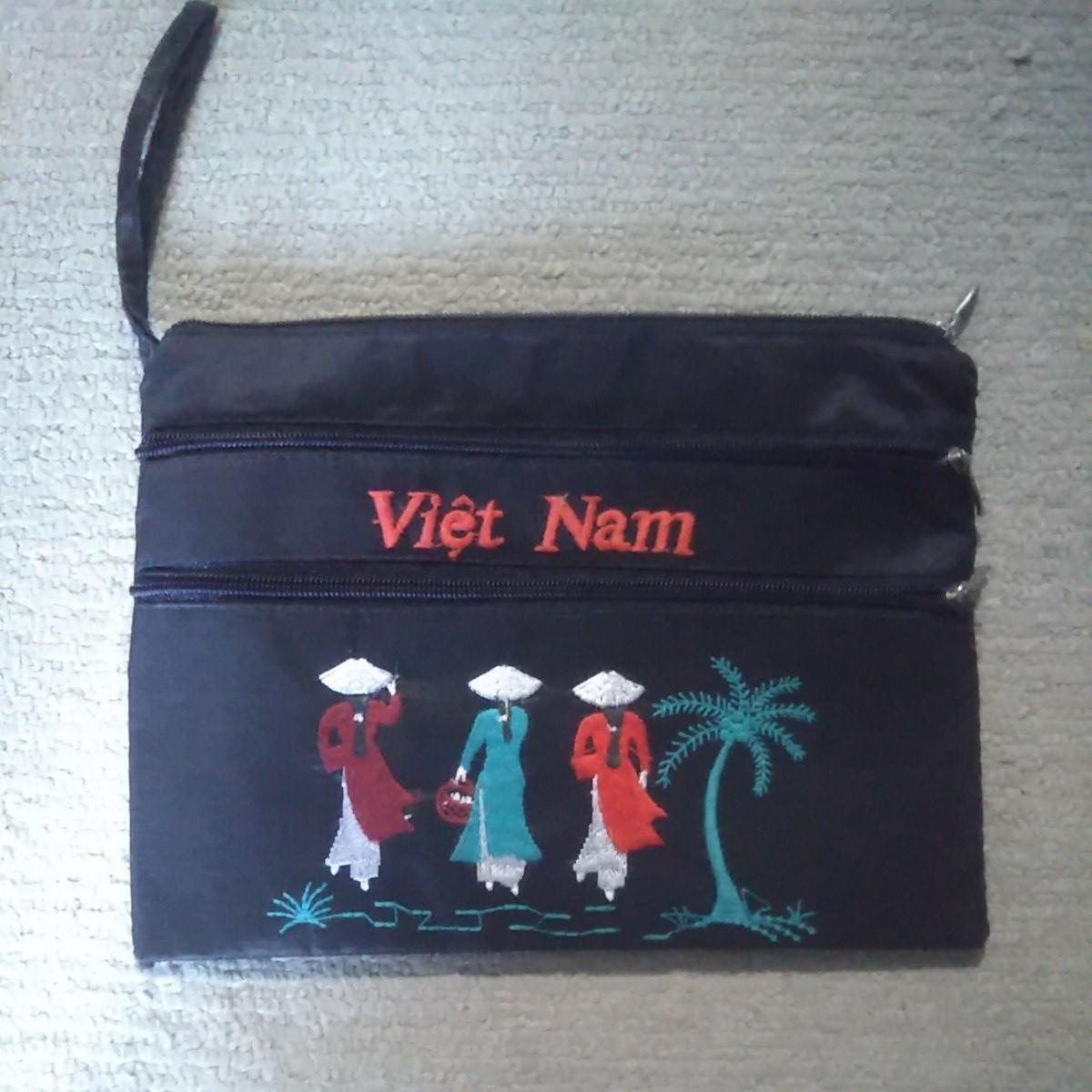 ポーチ 小物入れ ベトナム土産 黒サテン生地 刺繍 3ポケット