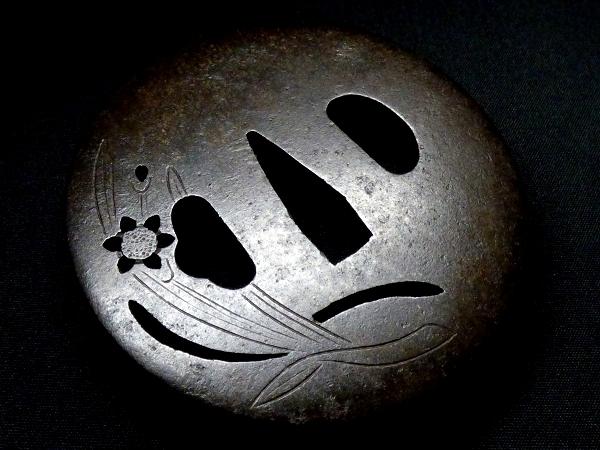 【刀装具 #0394】 江府住之芳 鉄地 植物図 透かし鍔 桐箱付 【検:刀剣/拵え】_画像3