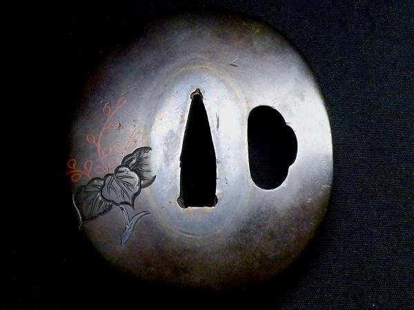 【刀装具 #0718】 水戸系統の生まれ良き名作 赤銅地 金銀銅象嵌 植物図 鍔 桐箱付 【検:刀剣/拵え】_画像4