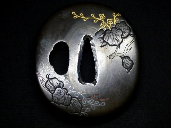 【刀装具 #0718】 水戸系統の生まれ良き名作 赤銅地 金銀銅象嵌 植物図 鍔 桐箱付 【検:刀剣/拵え】_画像2