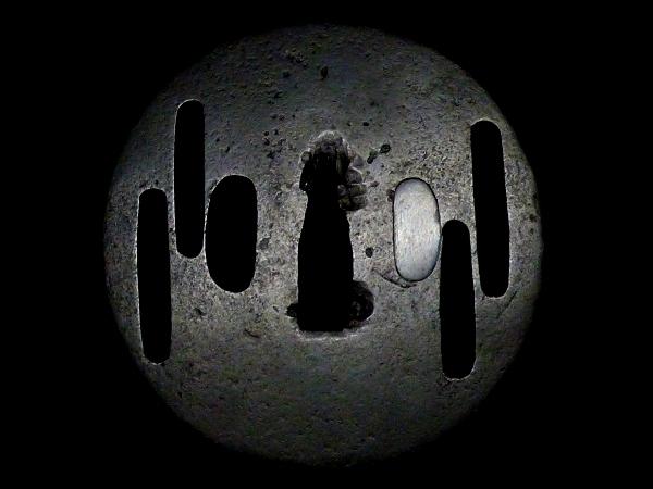 【刀装具 #0808】 室町時代 甲冑師系統の生まれ良き優品 厚み約0.3cm 鉄地 霞図 透かし鍔 桐箱付 【検:刀剣/拵え】_画像3