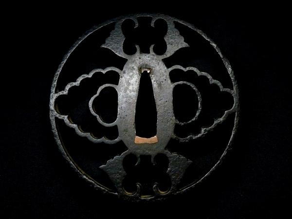 【刀装具 #0617】 尾張系統の名作透かし鍔 鉄味抜群! 抱き茗荷図 透かし鍔 長径8.4cm以上ある大鍔です 桐箱付 【検:刀剣/拵え】_画像3